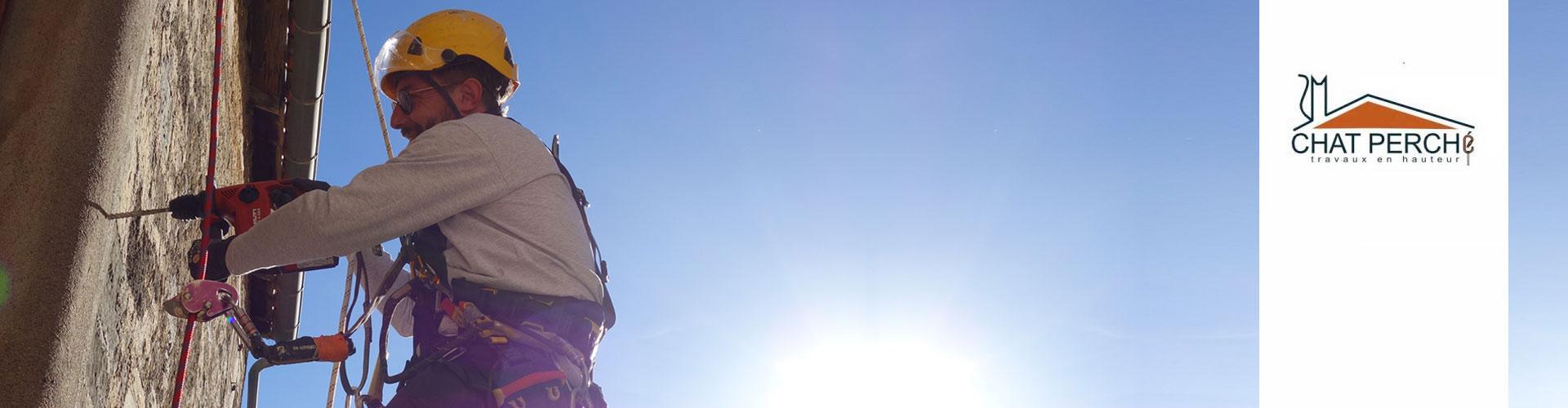 Chat perché, travaux en hauteur à Pégairolles de l'Escalette Hérault