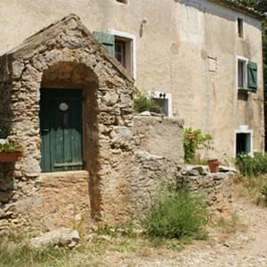La Maison des Légendes à Saint Guilheme le désert, gîtes et hébergements insolites